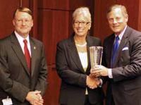 IFT Member Duane Larick and IFT President Marianne Gillette present the Congressional Support for Science Award to Sen. Richard Burr (right).
